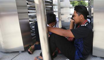Không mua được vé, CĐV Malaysia kiệt sức chờ đợi