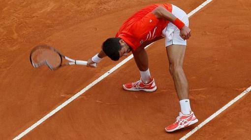 Djokovic đập vợt trong trận thắng thứ 850