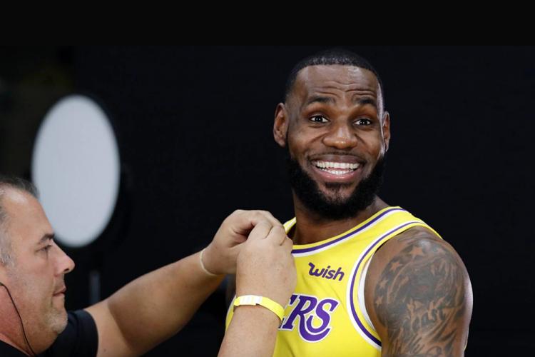 """Rớt khỏi NBA Playoffs lần đầu tiên sau 14 năm, nhưng LeBron James vẫn """"đánh bại"""" Stephen Curry"""